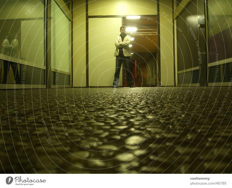 IN THE NIGHT ALONE Mann hell Wohnung Tür Körperhaltung Verfall Held Elendsviertel Innsbruck