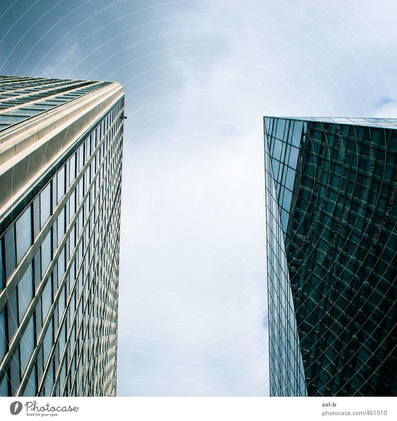 Himmel blau Stadt Wolken dunkel Architektur Gebäude oben Arbeit & Erwerbstätigkeit Business Büro Kraft Hochhaus Erfolg groß hoch
