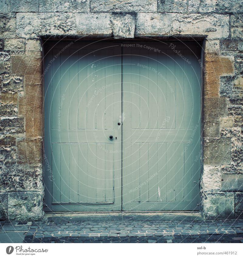 Ochse Häusliches Leben Haus Mauer Wand Tür alt dunkel einfach natürlich grün orange Barriere geschlossen Steinwand Kopfsteinpflaster Tor Eingang England