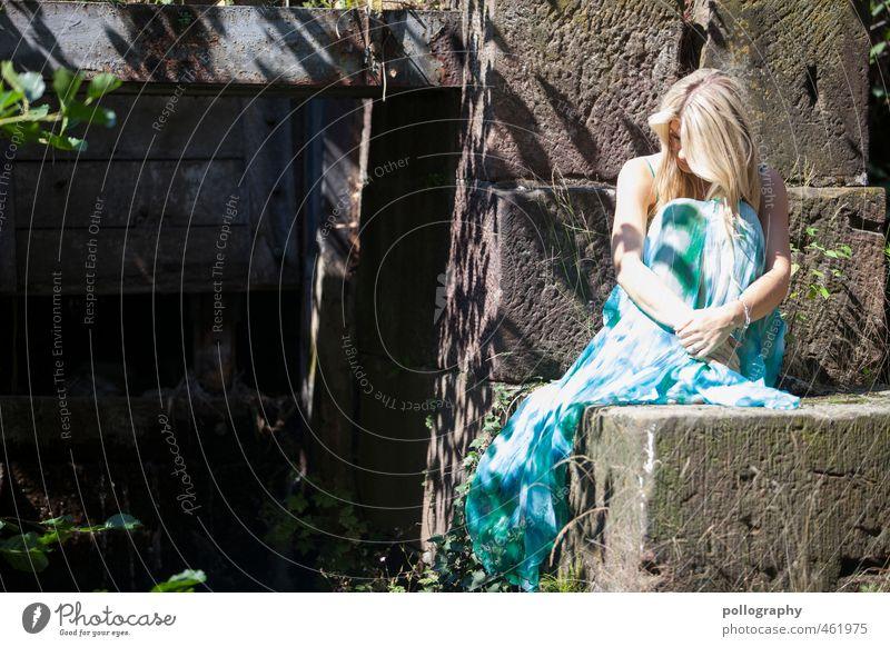 please let me alone II Mensch Frau Jugendliche Sommer Einsamkeit ruhig Erwachsene 18-30 Jahre Leben feminin Gefühle Traurigkeit Haare & Frisuren träumen