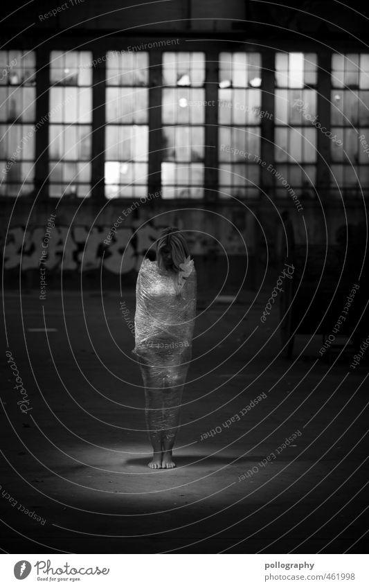 trapped II Mensch Frau Jugendliche Einsamkeit Erwachsene dunkel 18-30 Jahre Weiblicher Akt Fenster Graffiti feminin Gefühle Traurigkeit Körper warten stehen