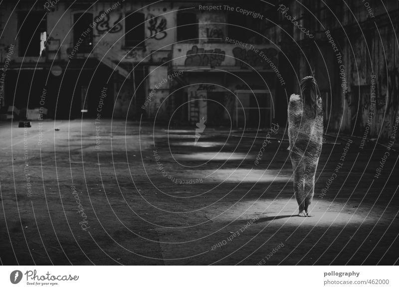 trapped Mensch Frau Jugendliche Sommer Einsamkeit Junge Frau Erwachsene 18-30 Jahre Leben feminin Gefühle Traurigkeit Mode Körper Trauer Stoff