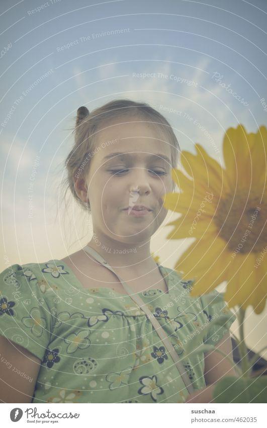 HÄBBIE BÖRSDÄI Mensch Kind Himmel Natur Jugendliche Pflanze Sommer Junge Frau Blume Mädchen Gesicht gelb Umwelt Auge feminin Haare & Frisuren