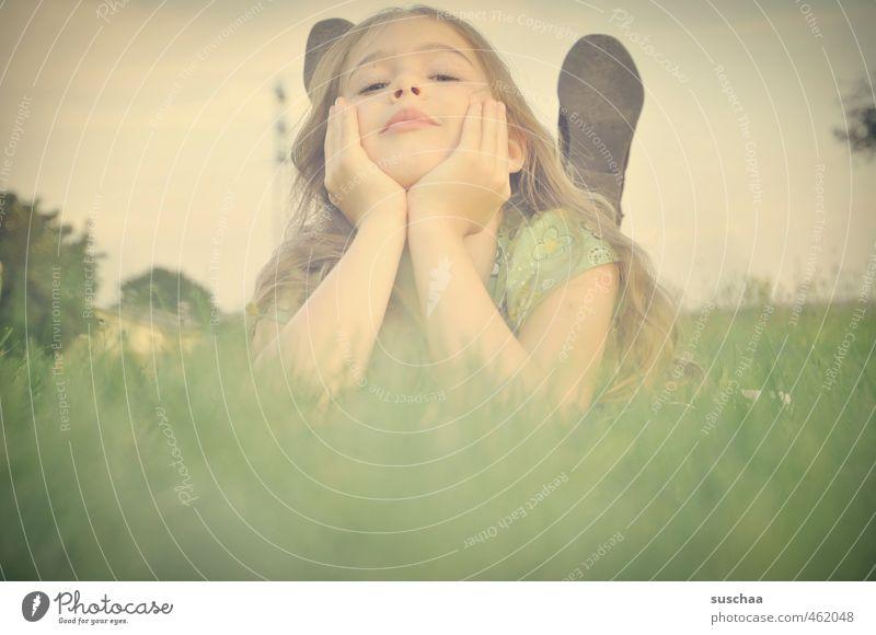 nochmal schnell den nachsommer genießen Mensch Kind Himmel grün Pflanze Hand Mädchen Gesicht Auge Umwelt Wiese Gras Haare & Frisuren Kopf natürlich Gesundheit