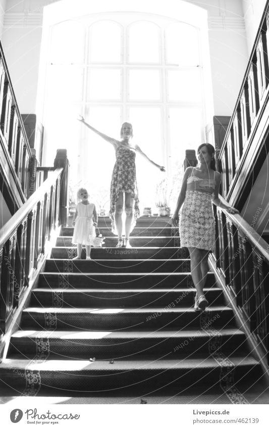 irgendwo auf der Treppe Mensch Frau Kind schön Erwachsene Fenster feminin Erotik Bewegung gehen hell Treppe elegant stehen Fröhlichkeit ästhetisch