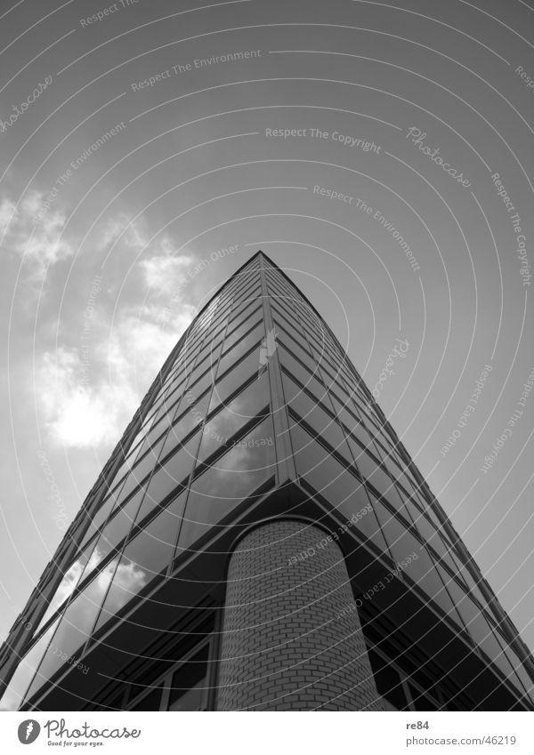 tower Köln Hochhaus Gebäude komplex grau schwarz weiß Wolken Bauwerk Turm stein glas Himmel modern Perspektive Säule Stein Architektur