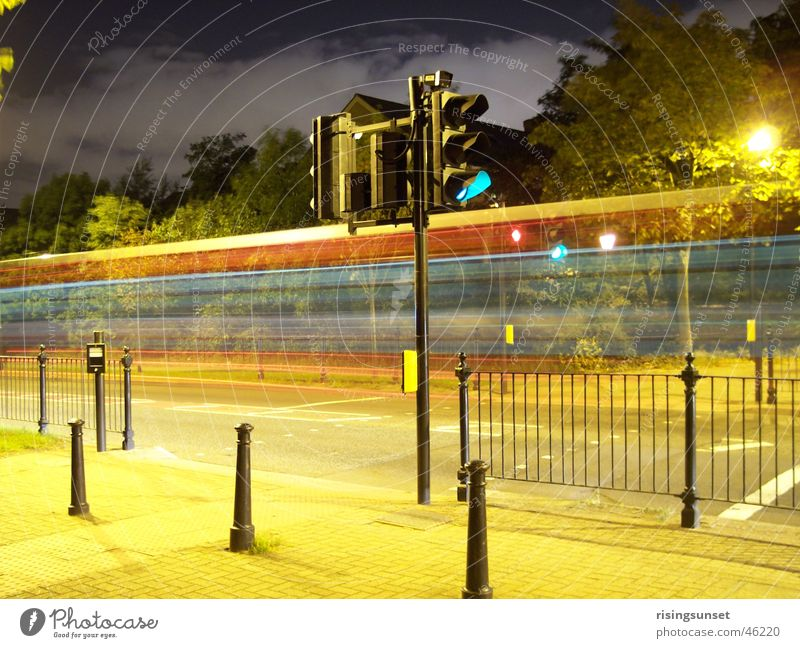 A time exposured bus in London dunkel hell Industrie Verkehrswege England Ampel Mischung mehrfarbig