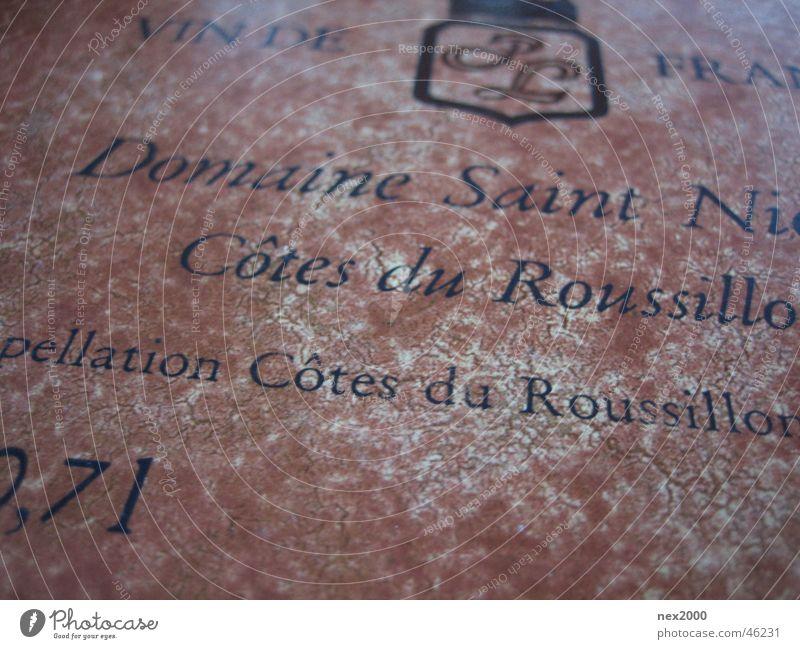 Guter Tropfen antik Schriftzeichen Etikett Bildausschnitt Anschnitt Detailaufnahme Text Lateinische Schrift Französisch Typographie Wein Roussillon