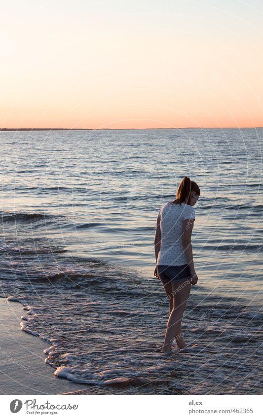 Sommerabend Sommerurlaub Sonne Strand Meer Wellen feminin Frau Erwachsene 1 Mensch 18-30 Jahre Jugendliche Sand Wasser Wolkenloser Himmel Horizont Sonnenaufgang