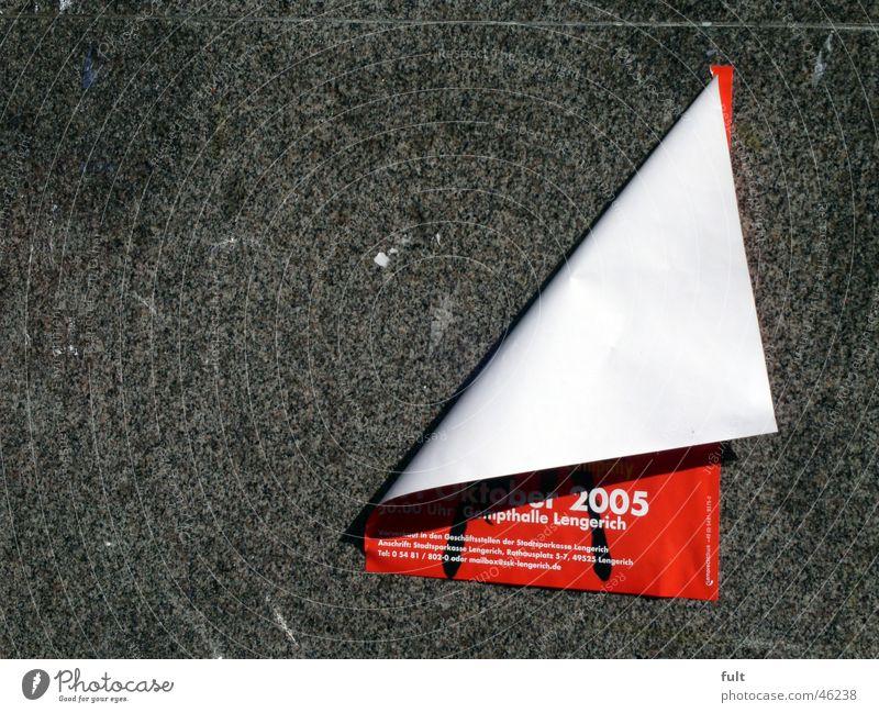 Plakat Papier Wand rot gefaltet drucken Poster Stein Werbung losgelöst Schatten paper stone red creased advertising slack printed shadow Mauer