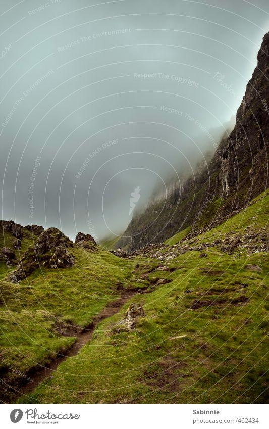 [Skye 11] Quiraing II Himmel Natur grün Pflanze Sommer Landschaft Wolken dunkel Umwelt Berge u. Gebirge Gras Wege & Pfade Stein Felsen Stimmung Nebel