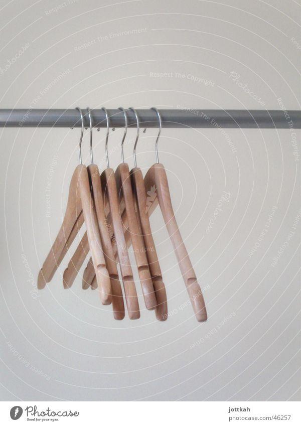Von der Stange Bekleidung Jacke hängen Ordnung Stab Kleiderbügel aufhängen entkleiden leer Reihe Farbfoto Innenaufnahme Textfreiraum oben