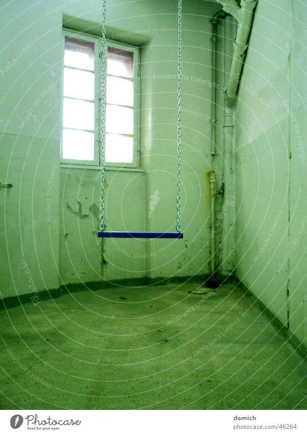 Die Schaukel im Hinterzimmer grün blau Fenster Bewegung Metall Kunst Raum sitzen Innenarchitektur Ecke Dinge Schaukel Ausstellung Haken Bruchbude