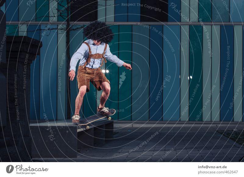 Lederhosen Skateboarding Trick springen Aktion Nervenkitzel fliegen Licht Blitzlichtaufnahme Inline Skating Junger Mann Sportler sportlich gefährlich Stadt
