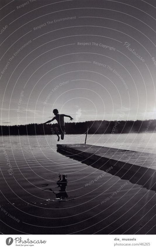 sprung ins nasse See springen Steg Wasser Schwarzweißfoto Schweden