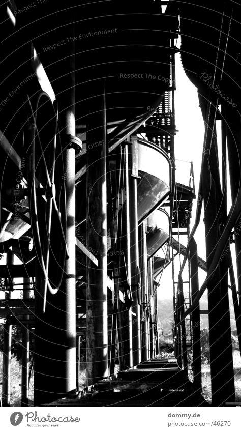 old Kieswerk schwarz weiß Trichter alt Kunstwerk Schwarzweißfoto Linie Rost Stab verarbeitung Einsamkeit Gang