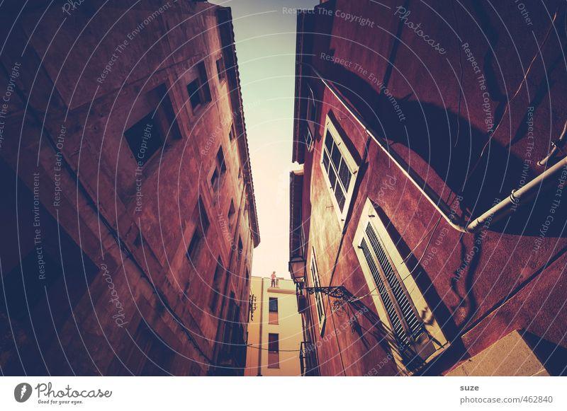 Komm du ma rüber Ferien & Urlaub & Reisen alt Stadt rot Haus Fenster Wärme Wand Gebäude Architektur Fassade Häusliches Leben Tourismus historisch Laterne Balkon