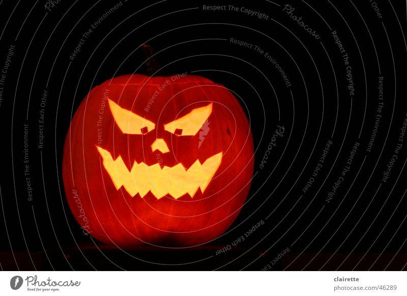 Halloween Kürbis Farbfoto mehrfarbig Textfreiraum rechts Nacht Gesicht gruselig heiß gelb gold schwarz Angst gefährlich helloween orange gruseln