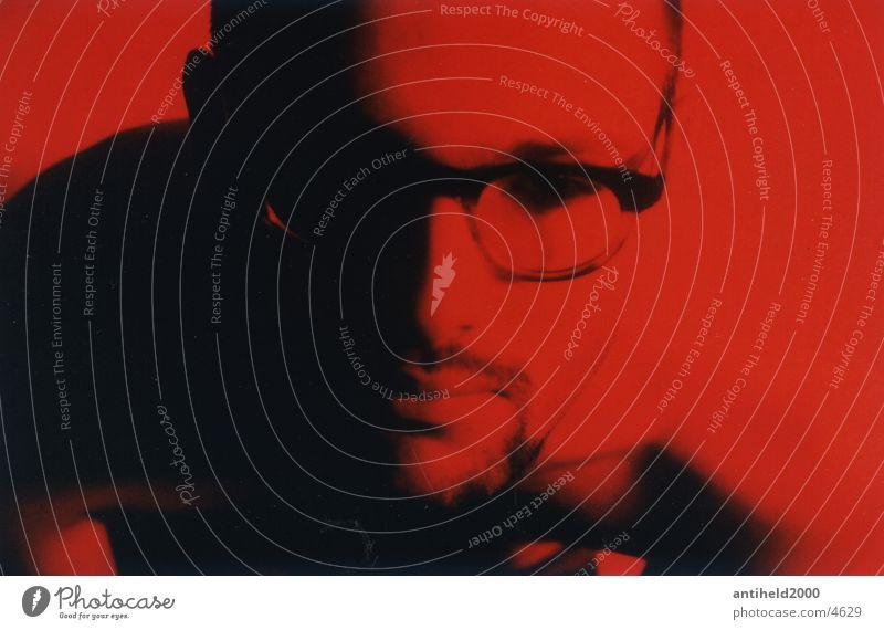 Brillenschlange Porträt Mann Licht rot ruhig frontal Querformat Mensch Schatten