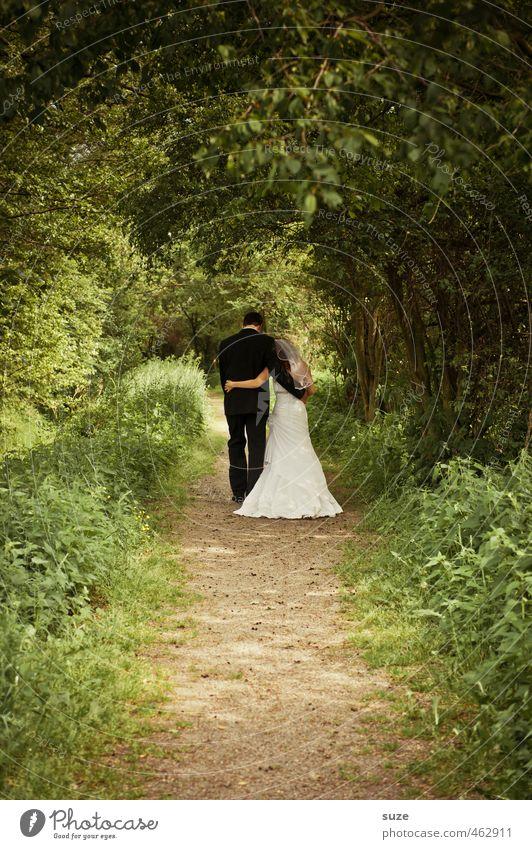 Gemeinsamer Weg Mensch Frau Natur Jugendliche Mann grün Sommer Landschaft Erwachsene 18-30 Jahre Liebe feminin Wege & Pfade Glück gehen außergewöhnlich