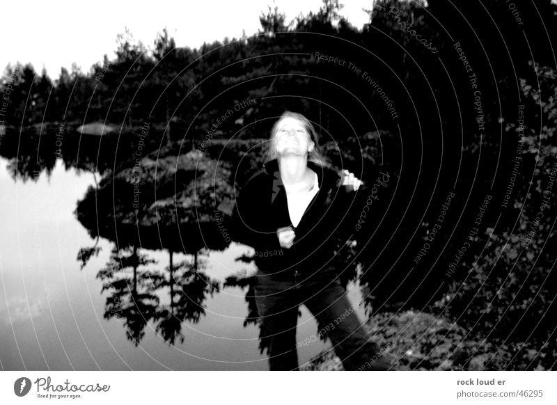 Natur Zipper Frau weiß Baum schwarz Stil Bewegung grau See Pullover Hals aufmachen entkleiden Reißverschluss Striptease