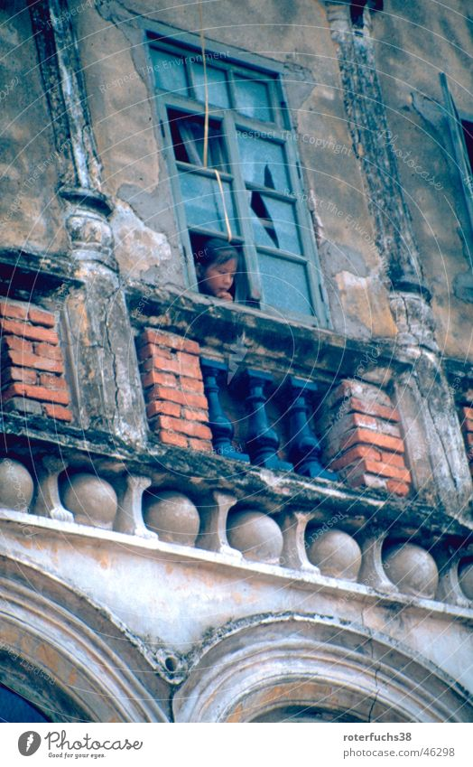 Kind auf Hainan China Daoismus Fenster Haikou Besatzung Abrissgebäude Chinesisch Trauer Außenaufnahme Insel Arme Armut historisches gebäude Barock Portugal