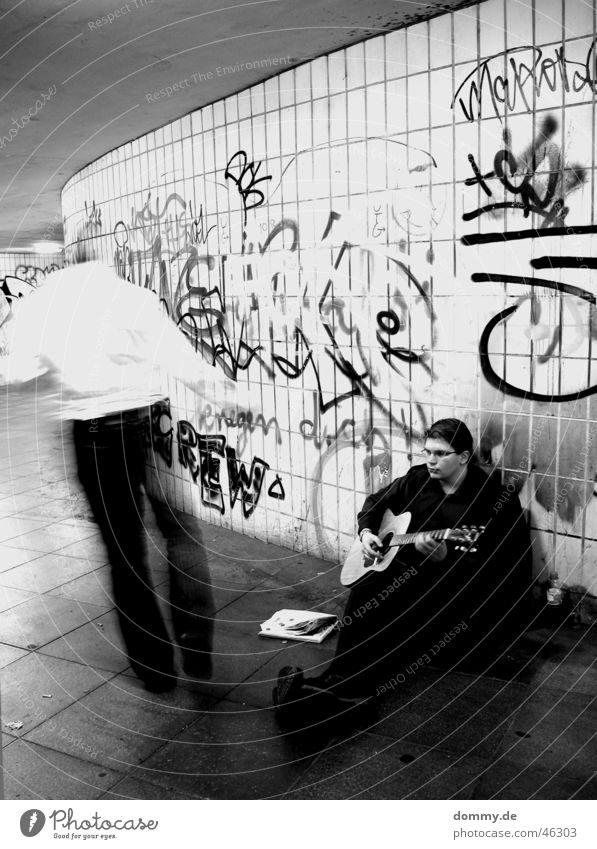 Arbeit mal anders Arbeit & Erwerbstätigkeit betteln Mann stehen Spielen Spray schwarz weiß Langzeitbelichtung Zeitung Hemd Hose Jacke Brille Student Schuhe