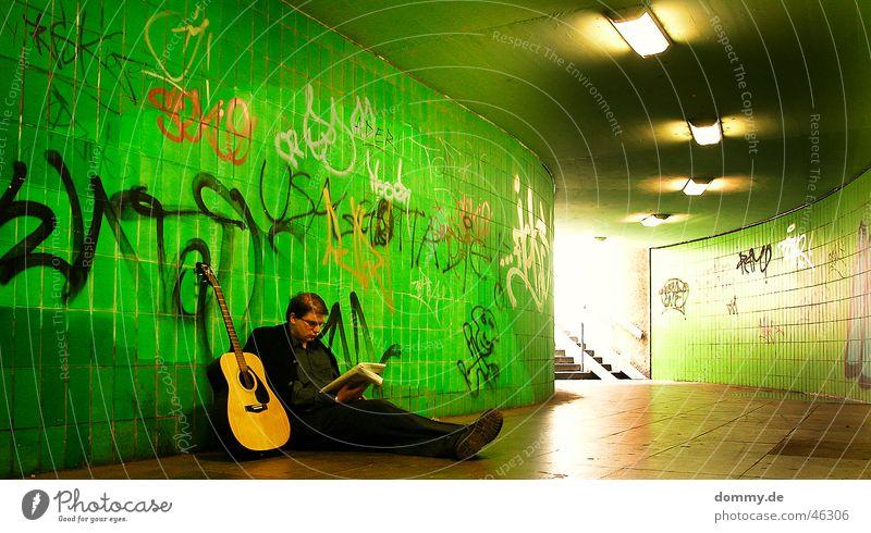 Arbeit mal anders 2 Mann grün Holz Schuhe Graffiti hell sitzen Treppe lesen Pause Brille Zeitung Student Fliesen u. Kacheln Anzug Jacke