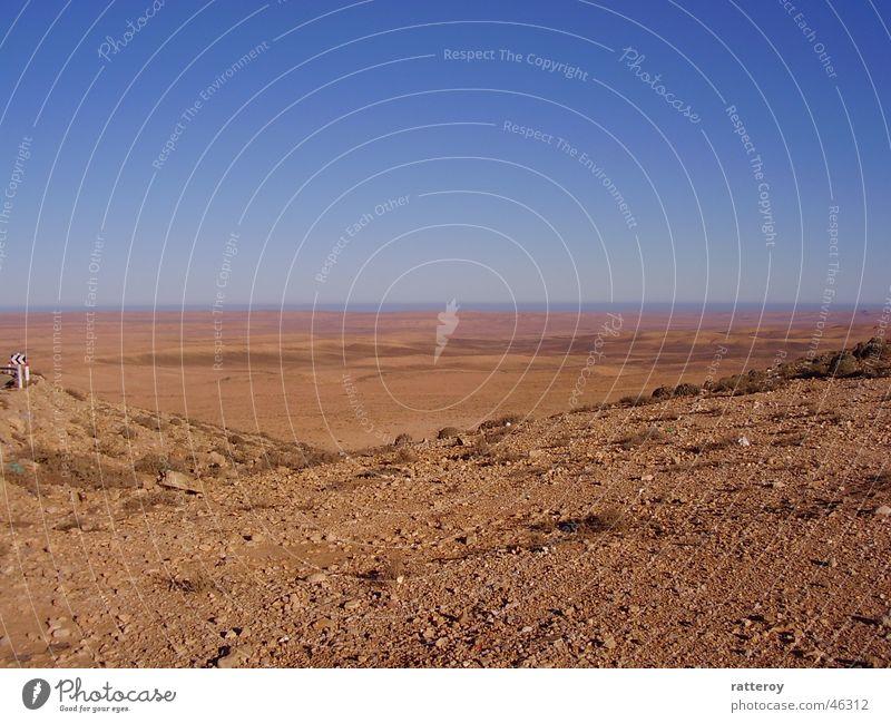 Blick in die Wüste Himmel Sand Erde trist