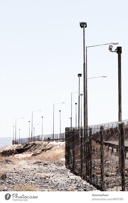 Tag der deutschen Einheit Himmel Mauer Sand Lampe Angst Erde Beton bedrohlich beobachten Hafen Zaun Gewalt Gesellschaft (Soziologie) Kontrolle Lager gefangen
