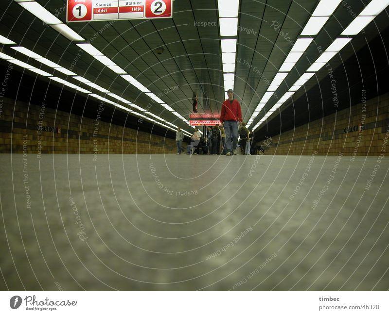 Der Junge mit der roten Jacke Prag U-Bahn London Underground Gleise Lampe Fluchtpunkt gehen Bewegung Geschwindigkeit Straßenbahn Schilder & Markierungen