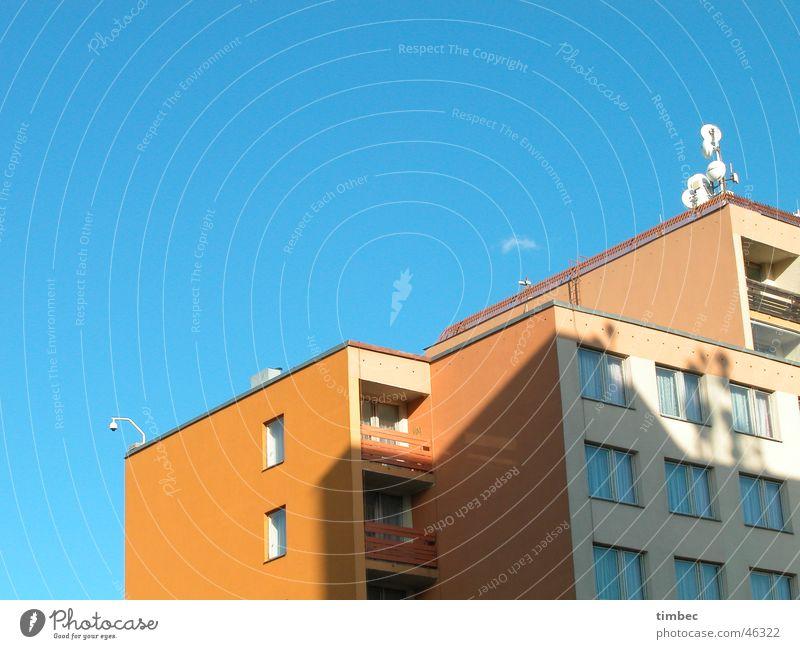 Hotel Prag weiß Gastronomie Verfall Antenne Fenster Balkon Pension schlafen Ferien & Urlaub & Reisen Unterkunft Anschnitt Himmel blau orange Schatten Erholung