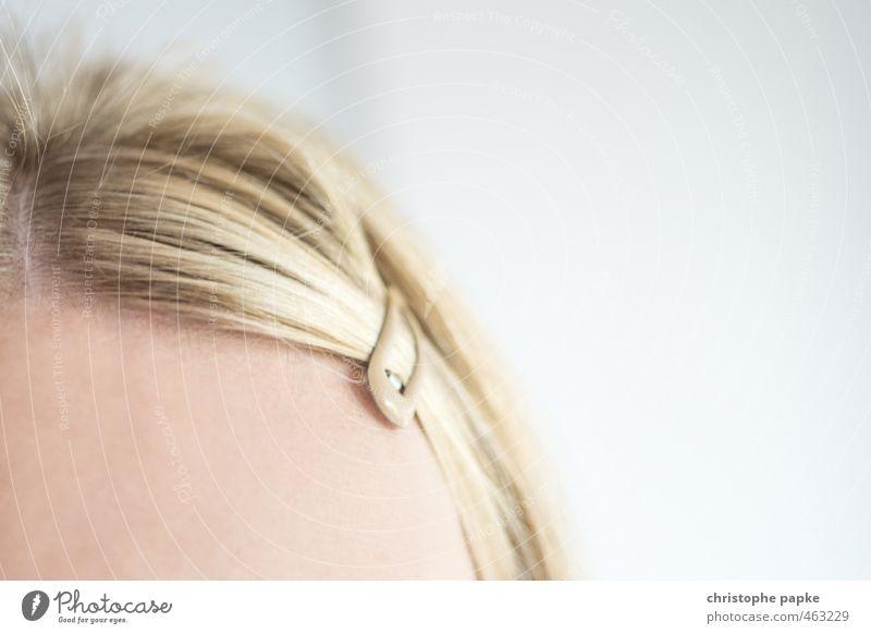 braves Mädchen elegant Stil schön Haare & Frisuren feminin Junge Frau Jugendliche Kopf Accessoire Haarspange Haarspitze Haarspliss blond langhaarig Scheitel
