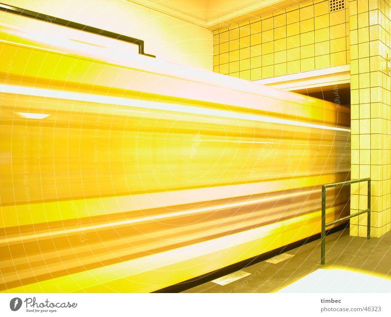 Zug kriegen gelb Bewegung orange Wind laufen Geschwindigkeit Eisenbahn Bodenbelag Europa Reinigen fahren Gleise Blitze U-Bahn Leidenschaft Station