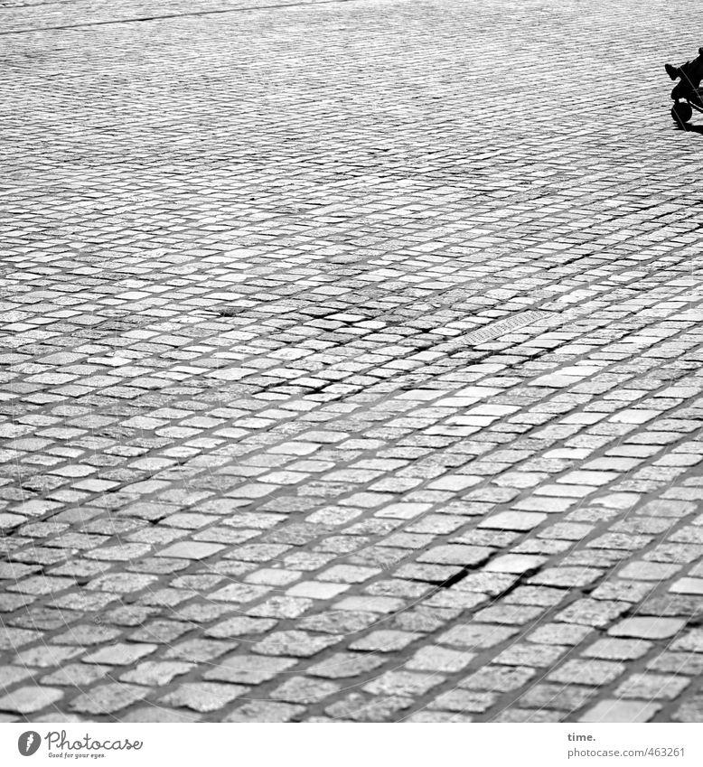 Steinmeierei Kind 1 Mensch Platz Kopfsteinpflaster Marktplatz Kinderwagen eckig einfach Ferne lang Stadt Einsamkeit leer Schwarzweißfoto Außenaufnahme Schatten