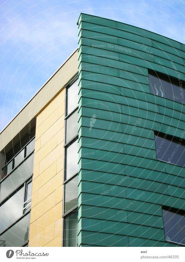 Gelb-Grün-Blau Fassade gelb grün Hochhaus Fenster Wolken blau Detailaufnahme Himmel Vorderseite Stadt Architektur