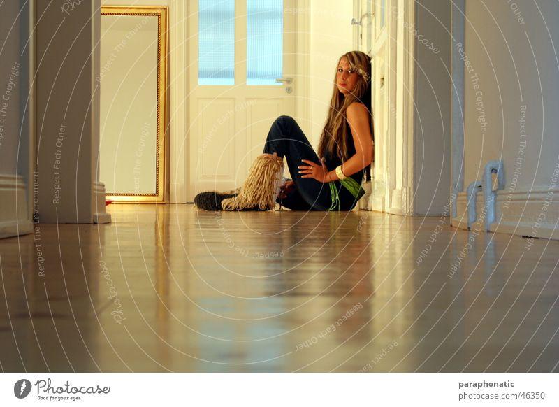 Schwester alleine schön blond Bekleidung Armreif braun Reflexion & Spiegelung Hosenanzug Gürtel dünn Wohnung groß Wand Eingangstür leer Einsamkeit frisch