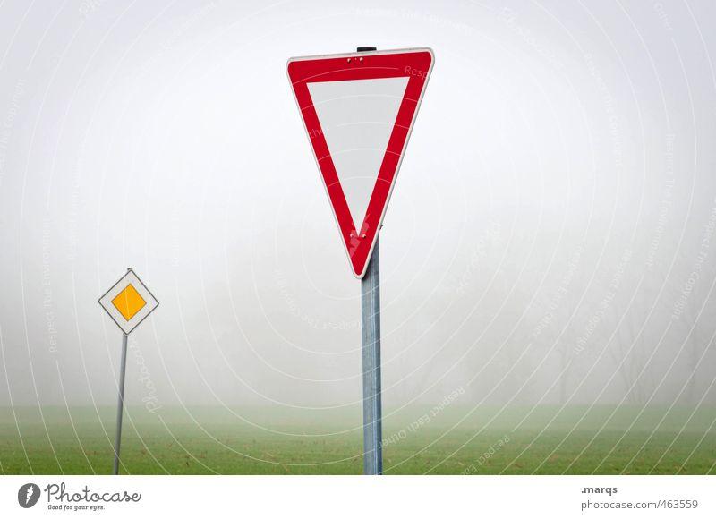 ¾ Natur Landschaft Umwelt Straße Herbst Wege & Pfade Stimmung Nebel Schilder & Markierungen Beginn einfach Zeichen fahren Respekt Straßenkreuzung Verkehrsschild