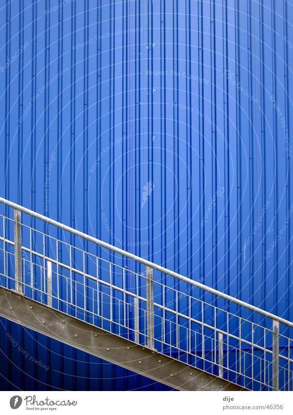 - Blau mit Treppe - blau Wand grau Gebäude Linie Wellen modern Leiter diagonal Geländer Blech Aluminium Linearität