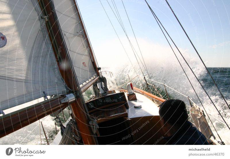 Starkwindsegeln Segeln Gischt Meer Segelschiff weiß Ketsch Wanten nass Gegenwind Wind Ostsee Sonne Wasser Strommast Dänemark
