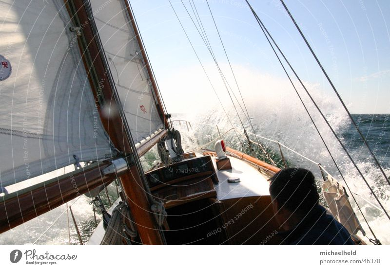 Starkwindsegeln Wasser weiß Sonne Meer Segelboot Wind nass Segeln Ostsee Strommast Dänemark Segelschiff Gischt Gegenwind Wanten