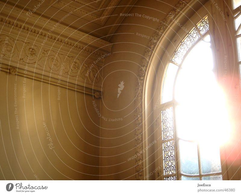 licht durchs fenster Stil Fenster Stimmung Wohnung geheimnisvoll Reichtum Villa Erschöpfung Glasscheibe Überbelichtung Blendenfleck Lichteinfall Lichtschein