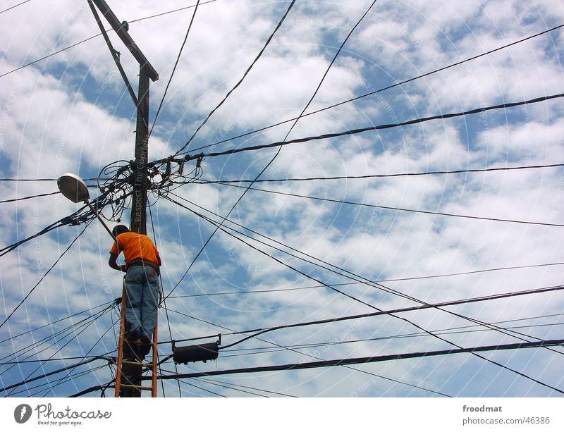 networked Himmel blau Wolken Lampe Fuß orange Arbeit & Erwerbstätigkeit Zufriedenheit Kraft Rücken hoch Energiewirtschaft gefährlich Elektrizität kaputt Netzwerk