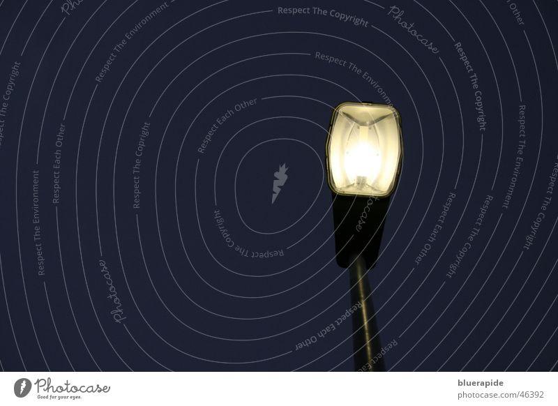 Unter dem Licht Straßenbeleuchtung Nacht dunkel Stahl Eisen Lampe Glühbirne unten stehen gelb schwarz links Perspektive