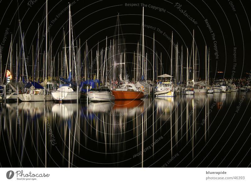 Hafen bei Nacht Wasser schwarz Einsamkeit ruhig dunkel See Wasserfahrzeug Hafen Mast Segelschiff Nachtaufnahme Wasserspiegelung