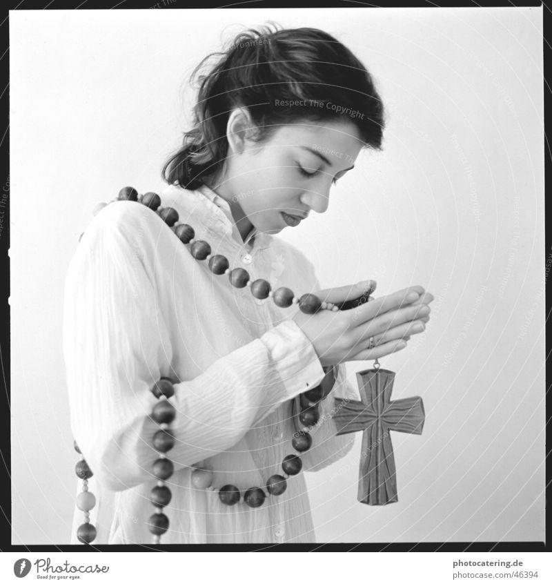 beten Frau Hand Denken Religion & Glaube fest Meditation Gedanke Christentum Treue Sünde schuldig Rosenkranz