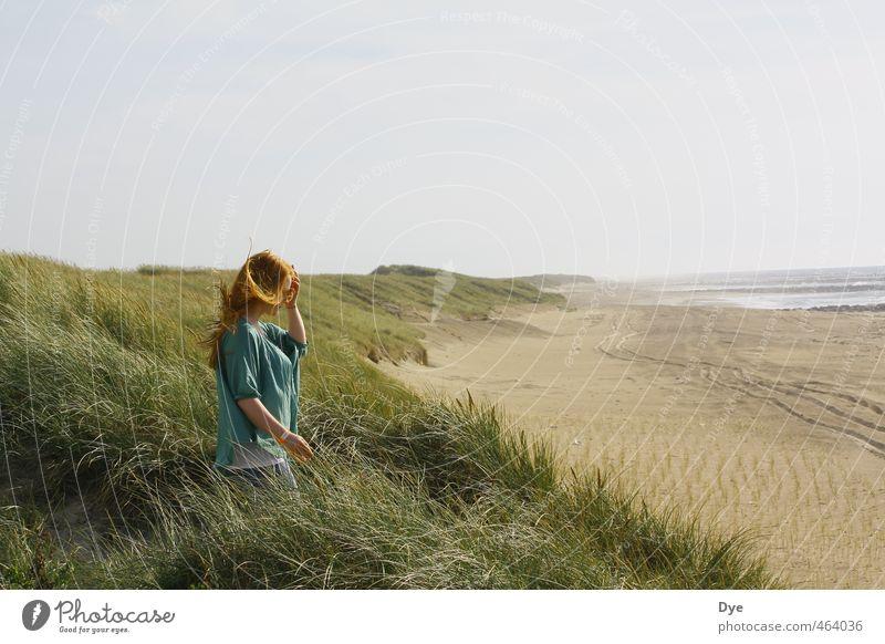 Steife Briese Mensch Frau Himmel Jugendliche Wasser ruhig Landschaft Junge Frau Strand Erwachsene 18-30 Jahre feminin Küste Glück Sand natürlich