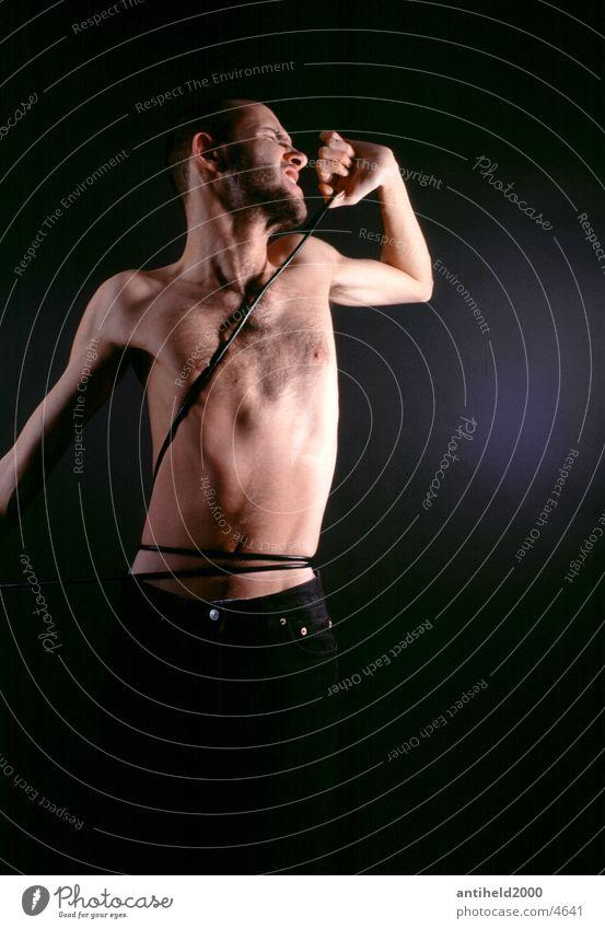 I want to break free Mensch Mann Freiheit Kabel gefangen Hochformat