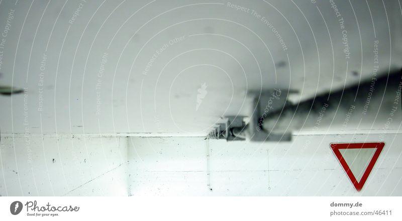 vorsicht vorfahrt gewähren weiß rot grau Linie dreckig Schilder & Markierungen Beton Garage Leitung Staub Lack eckig Dreieck Vorfahrt gewähren