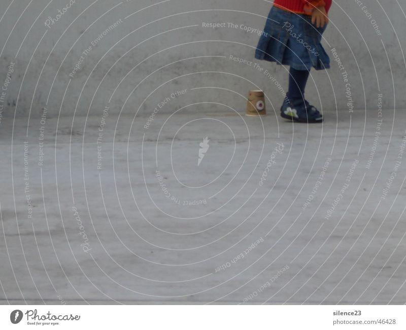 Playing Kid Kind Natur Mädchen Freude Spielen Freiheit grau Deutschland Schuhe Beton Kaffee Müll Denkmal Bayern Unfall Becher